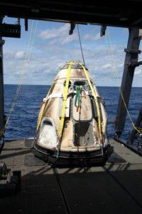 ミッション終了後は、大気圏に再突入した後に小パラシュートを展開し、その後4つのメインパラシュートを展開します。